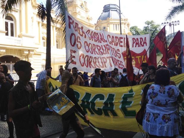 Manifestantes usam caixas e cartazes e bloqueiam o trânsito na Rua Pinheiro Machado, em Laranjeiras (Foto: Cristiane Cardoso/G1)
