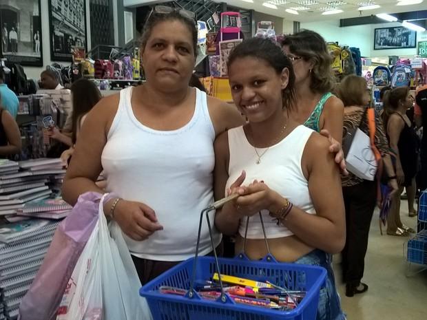 Maria Lucia e a filha Maria Rita compram material escolar (Foto: Lilian Quaino/G1)