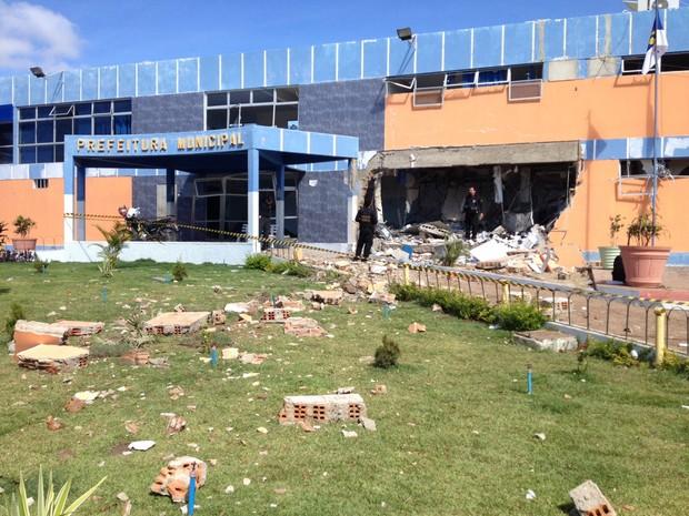 Agência da CEF atingida é fica ao lado da Prefeitura de Betânia (Foto: André Vinícius/ TV Asa Branca)