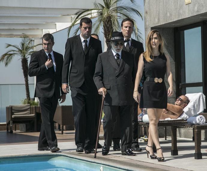 Danda mostra que sabe controlar muito bem Dom Peppino e seus seguranças (Foto: Raphael Dias/Gshow)