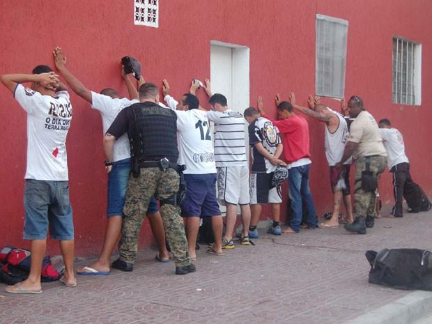 Corintianos são detidos por policiais civis, que cumprem mandados contra torcedores que invadiram Centro de Treinamento do Corinthians e ameaçaram jogadores em São Paulo (Foto: HÉLIO TORCHI/ESTADÃO CONTEÚDO)