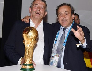Festa alemanha Wolfgang Niersbach  diretor da Federação alemã de futebol com MichelPlatini (Foto: Agência Reuters)