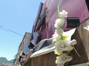 Fachada do prédio da Kiss ainda recebe fotos e flores (Foto: Felipe Truda/G1)