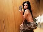 De calça de oncinha, Solange Gomes faz topless