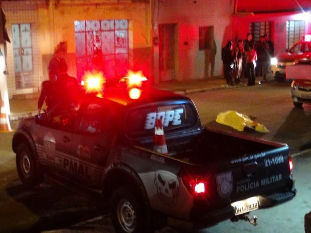 Corpo do gari ficou no meio da pista após atropelamento (Foto: Waldson Costa/G1)