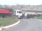 Caminhão bate na traseira de carreta em trevo próximo a Dores do Indaiá
