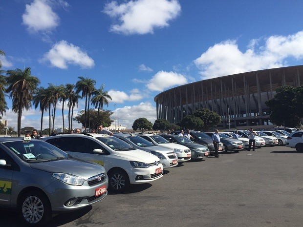 Táxis estacionados no Estádio Nacional de Brasília durante protesto contra transporte pirata (Foto: Luciana Amaral/G1)