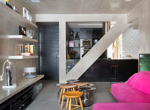 Esta sala de tv ganhou prateleiras de alvenaria, que acompanham o visual industrial do apartamento reformado pelo Studio Roca. (Foto: Denilson Machado/Editora Globo)
