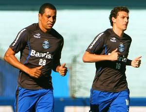 Elano e Gilberto Silva no treino do Grêmio (Foto: Lucas Uebel / Site Oficial do Grêmio)