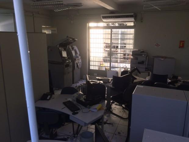 Criminosos armados explodem caixas em agência de Redenção (Foto: Pedro Melo/ TV Vanguarda)
