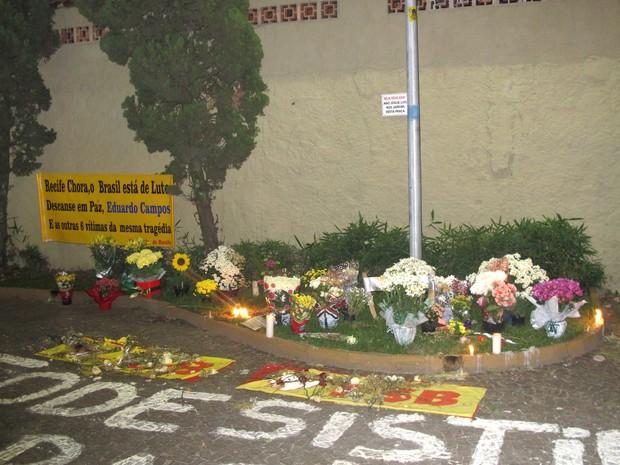 Homenagem do público para Eduardo Campos, morto em acidente aéreo em Santos (Foto: Rodrigo Martins/ G1)