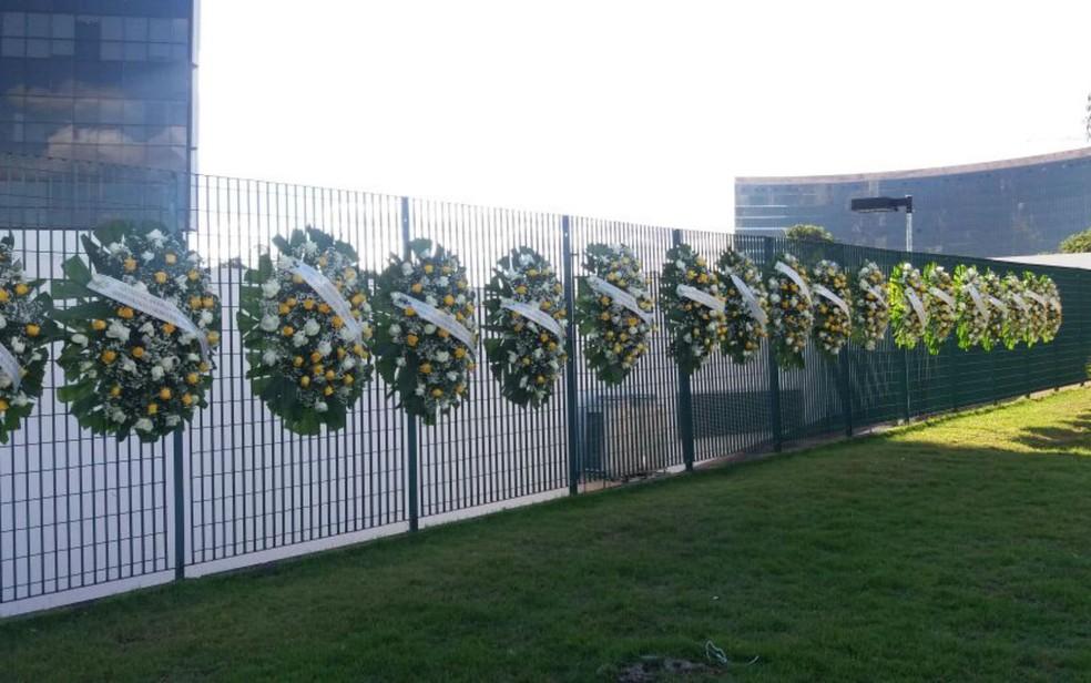 Coroas de flores em frente ao TSE (Foto: Yasmim Perna/G1)