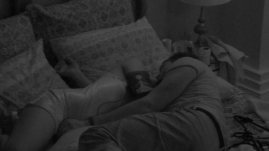Emilly se deita ao lado de Marcos e recebe carinho ousado do brother