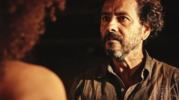 Cícero é cruel com Dalva (Foto: TV Globo)