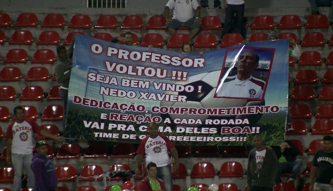"""Torcida homenageia Nedo Xavier na volta ao comando do Boa Esporte: """"O professor voltou"""" (Foto: Reprodução EPTV)"""