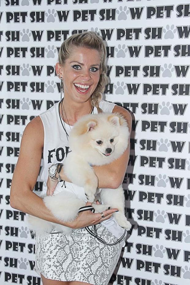 A apresentadora Karina Bacchi e seu cão JOY (Foto: Amauri Nehn / AgNews)