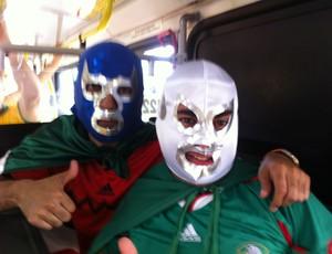 """""""Blue Demon"""" e """"El Rey Misterio"""" posam de cobradores de ônivus em Fortaleza e comandam a festa  (Foto: João Marcelo Sena)"""