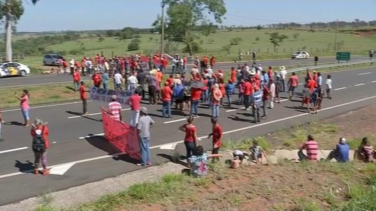 Integrantes de movimentos sociais interditam rodovia em Arealva