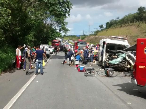 Equipes da PRF, dos Bombeiros e do Samu foram enviadas para o local do acidente (Foto: Corpo de Bombeiros/Divulgação)