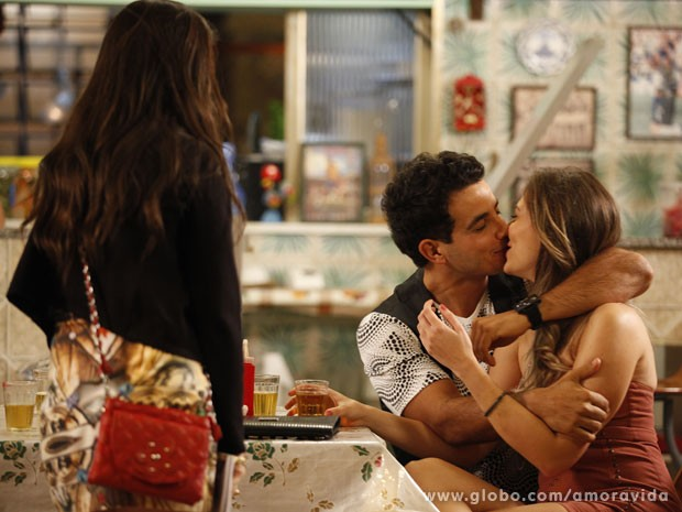 Carlito chega a beijar Raquel na frente de todo mundo (Foto: Amor à Vida/TV Globo)