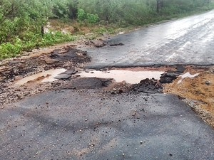 Asfalto chegou ser arrancado em alguns pontos  (Foto: Divulgação/Prefeitura de Massapê)