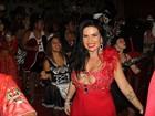 Solange Gomes investe em vestido decotado em noite de samba