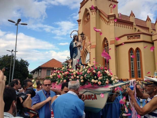 Procissão reuniu centenas de fiéis em Porto Alegre (Foto: Roberta Salinet/RBS TV)