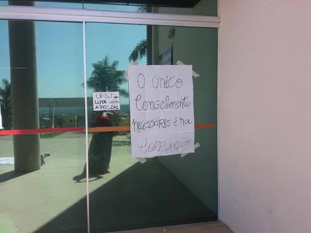 Universitários colam cartazes em manifestação a PEC do teto  (Foto: Jacqueline Alves/Arquivo Pessoal)