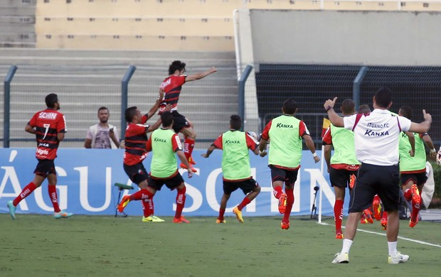 Cristian marca o primeiro gol do Ituano em partida válida pela final do Campeonato Paulista (Foto: Marcos Ribolli)