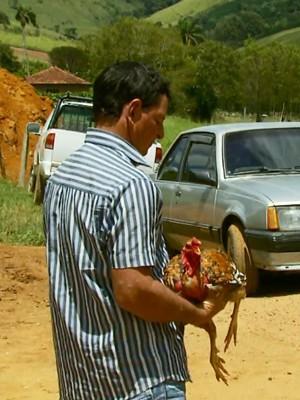 Seu 'Tadinho' diz que só passa a galinha pra frente se pagarem muito dinheiro em Caldas, MG (Foto: Tarciso Silva / EPTV)
