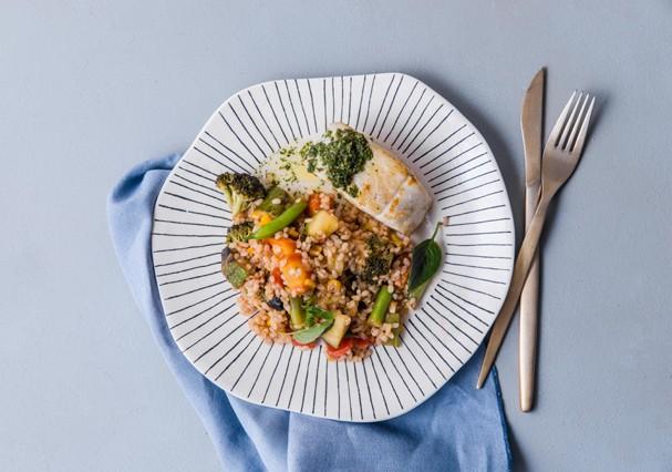 Peixe com curry verde, arroz cateto e vegetais (Foto: Divulgação)
