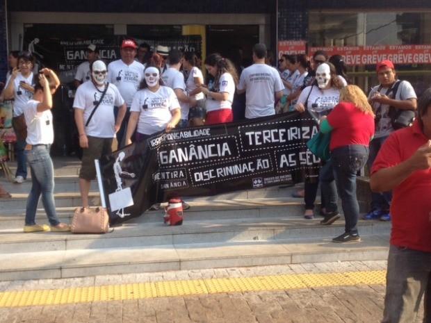 Bancários se reuniram em avenida de Campo Grande contra impasse (Foto: Graziela Rezende/G1 MS)