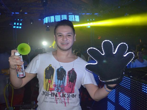 DJ Paulo Pringles aposta na interatividade com o público e aposta em acessórios diferenciados (Foto: Marina Fontenele/G1)