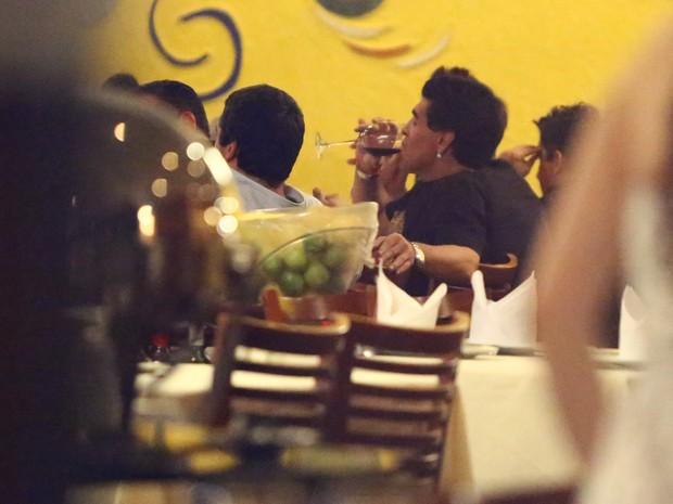 Maradona em restaurante na Zona Oeste do Rio (Foto: Marcello Sá Barreto/ Ag. News)