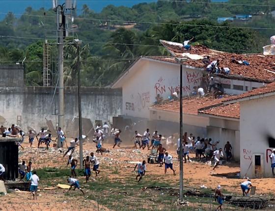 Rebelião no presídio de  Alcaçuz,no Rio Grande do Norte.As facções criminosas  são um problema além da segurança pública (Foto: Johannes MYBURGH/AFP)