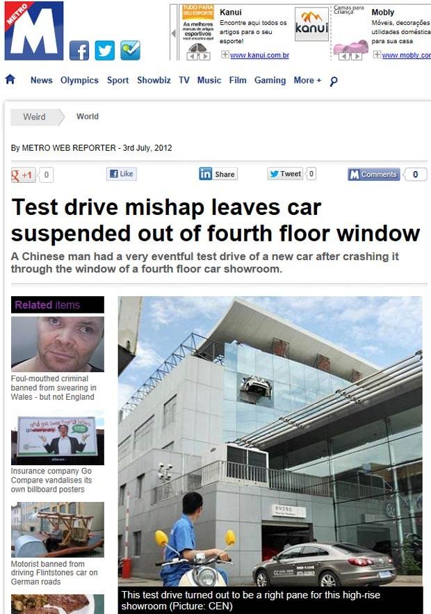 Carro ficou pendurado do quarto andar após erro de motorista (Foto: Reprodução)