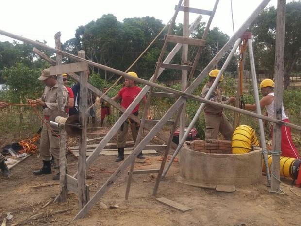 Militares montaram uma estrutura para içar o homem do poço  (Foto: Débora Rodrigues/Tv Tapajós)