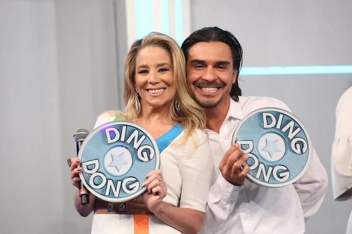 Danielle Winits e André Gonçalves felizes com o prêmio (Foto: Carol Caminha/Gshow)