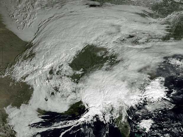 Tempestade de inverno sobrevoa o Canadá e ruma para o nordeste dos Estados Unidos. (Foto: Imagem do satélite Goes / NOAA / Via Reuters)