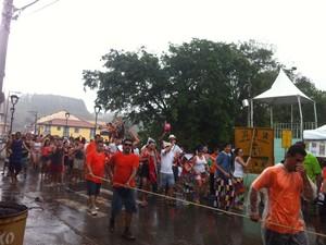 Bloco Pai do Troço desfilou em baixo de chuva (Foto: Nicole Melhado/G1)