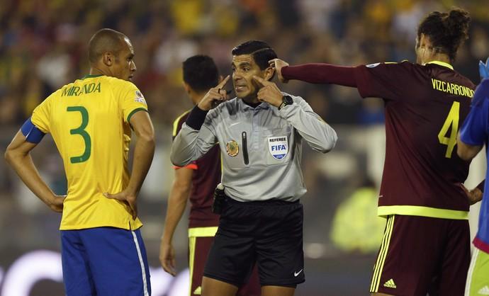 Miranda capitão Brasil x Venezuela (Foto: Reuters)