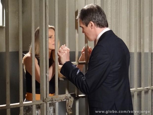 Carlos dá a notícia sobre Raissa para Antonia (Foto: Salve Jorge/TV Globo)