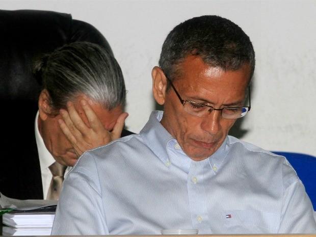 João Arcanjo Ribeiro e seu advogado, ao fundo, durante julgamento nesta quinta-feira (24) em Cuiabá. (Foto: Assessoria / TJMT)