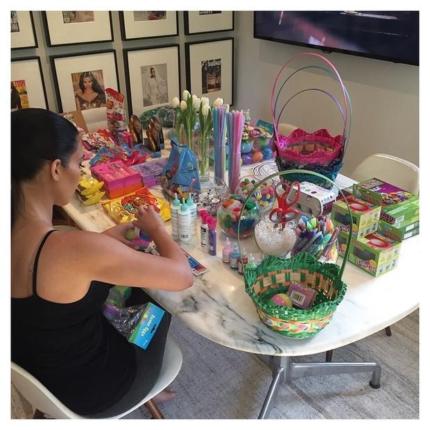 Kim Kardashian mostra preparativos para Páscoa (Foto: Reprodução/Instagram)
