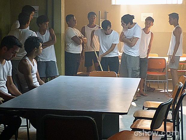 Antônio já é líder da instituição e manda em todos os outros infratores (Foto: Malhação / TV Globo)