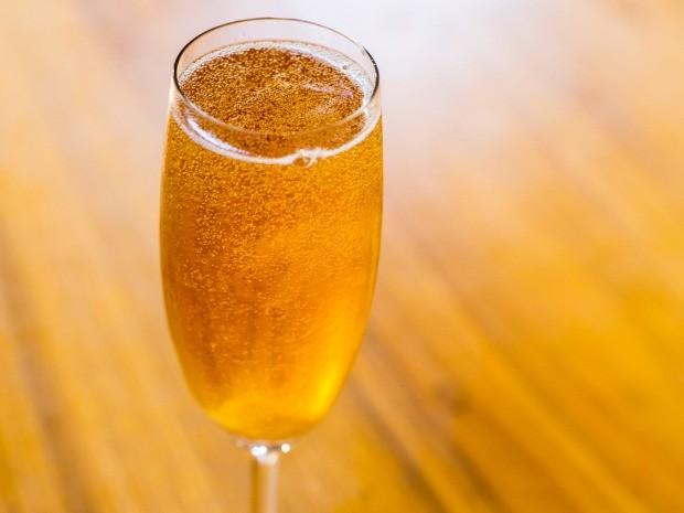 Aprenda a fazer cocktail de champanhe (Foto: Robert Schwenck)