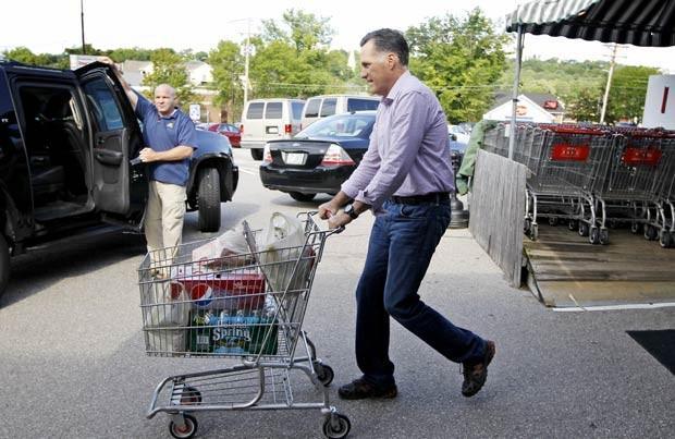 O candidato republicano à presidência dos EUA, Mitt Romney, após fazer compras nesta segunda-feira (6) em mercado em Wolfeboro, New Hampshire (Foto: Reuters)