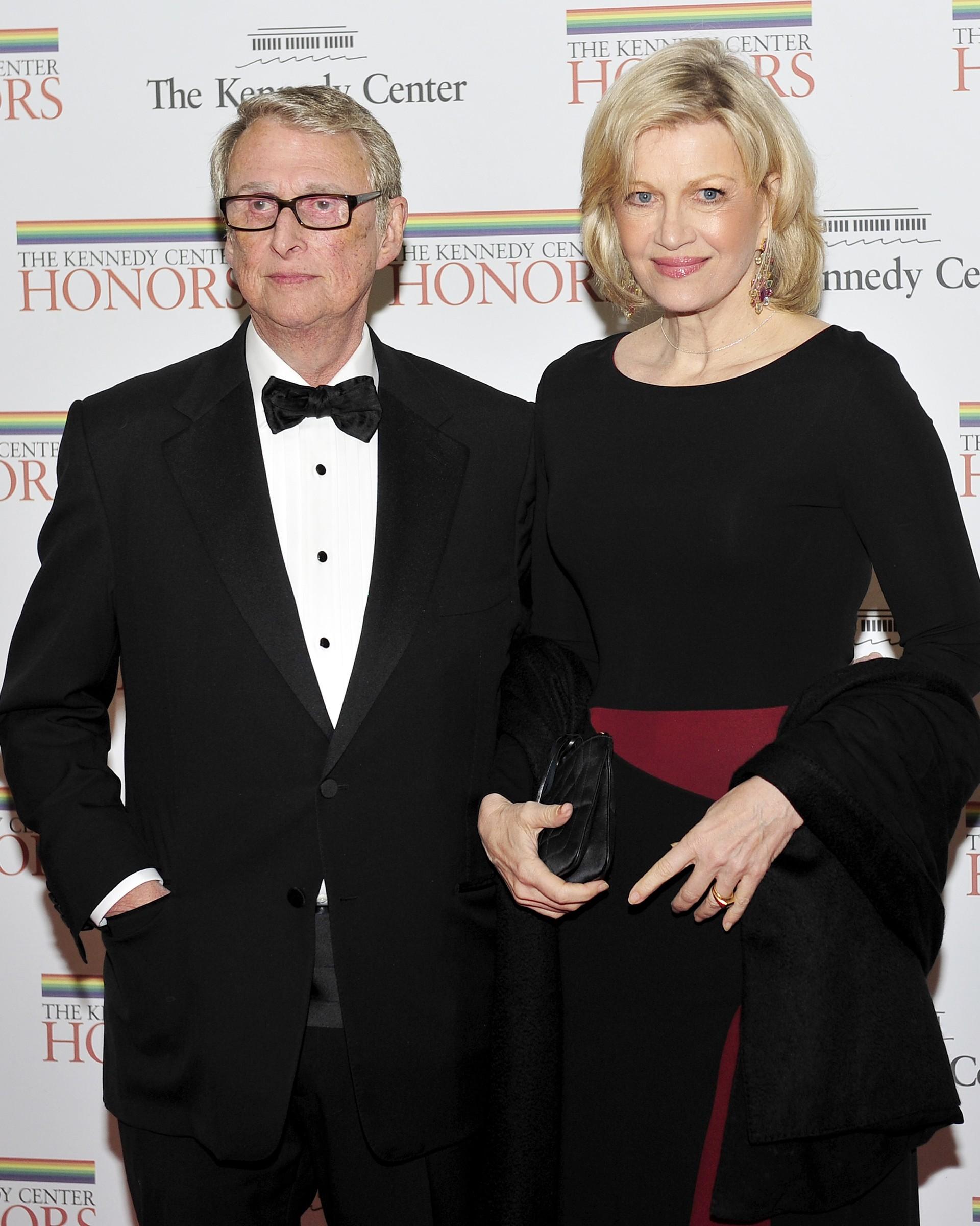 O diretor dos filmes 'Closer: Perto Demais' e 'A Gaiola das Loucas' casou-se com a apresentadora e jornalista da ABC Diane Sawyer. Ele tem 21 anos a mais do que ela, provando que o amor não tem idade. (Foto: Getty Images)