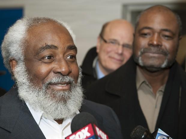 Wiley Bridgeman (esquerda) é observado pelo irmão Kwame Ajamu ao falar com repórteres depois de ser considerado inocente nesta sexta (21), após 39 anos na prisão  (Foto: AP Photo/Phil Long)