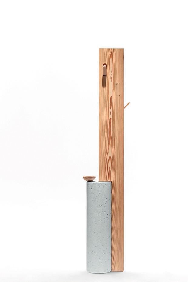 Mancebo Stand By, feito de madeira maciça e concreto por Claudia Moreira Salles para a Dpot  (Foto: Divulgação)